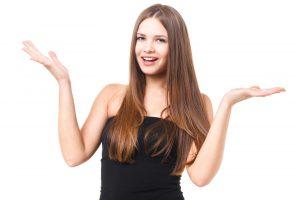 ピカリで行う全身脱毛のメリットを調べる女性