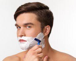 髭をそる人